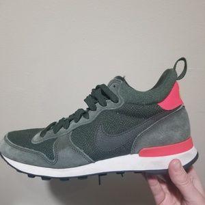 Nike Midi International Sneaker